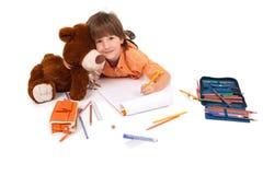 Glücklicher kleiner Junge mit Notizbuch und Teddybären Stockfotografie
