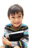 Glücklicher kleiner Junge mit Tablette lizenzfreies stockfoto