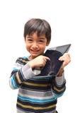 Glücklicher kleiner Junge mit Tablette lizenzfreie stockfotografie