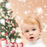 Glücklicher kleiner Junge mit Weihnachtsbaum und Geschenken Lizenzfreies Stockfoto