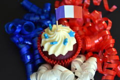 Glücklicher kleiner Kuchen des Französischen Nationalfeiertags mit Rot-, weißer und Blauerfranzösischer Flagge Lizenzfreie Stockfotos