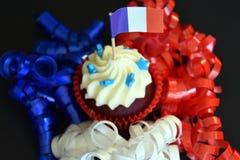 Glücklicher kleiner Kuchen des Französischen Nationalfeiertags mit Rot-, weißer und Blauerfranzösischer Flagge Stockfoto