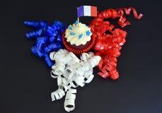 Glücklicher kleiner Kuchen des Französischen Nationalfeiertags mit Rot-, weißer und Blauerfranzösischer Flagge Stockbild