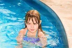 Glücklicher kleiner Schwimmer im Pool Stockbilder