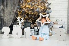 Glücklicher kleiner Stern Neues Jahr 2018, Weihnachten Lächelndes lustiges Baby mit zwei Jährigen Stockbild