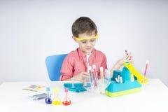 Glücklicher kleiner Wissenschaftler Stockfotografie