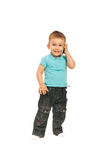 Glücklicher Kleinkindjunge, der durch Telefon spricht Lizenzfreie Stockbilder
