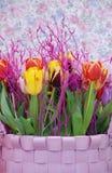 Glücklicher Korbfrühlingsblumenstrauß Lizenzfreie Stockbilder