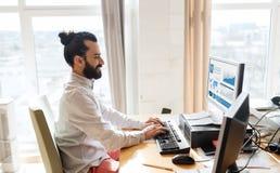 Glücklicher kreativer männlicher Büroangestellter mit Computer lizenzfreie stockfotos