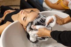 Glücklicher Kunde im sauberen Haar der Salonhaarpflege stockfoto