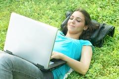 Glücklicher Kursteilnehmer, der Laptop verwendet lizenzfreie stockfotografie