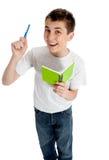 Glücklicher Kursteilnehmer mit Feder und Buch lizenzfreies stockfoto