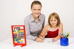 Glücklicher Kursteilnehmer und Lehrer, die zusammen erlernt Stockbild