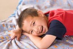 Glücklicher lächelnder asiatischer Junge Lizenzfreie Stockfotos