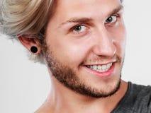 Glücklicher lächelnder blonder Mannabschluß oben Stockfoto