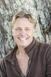 Glücklicher lächelnder fälliger Mann mit dem blonden Haar lizenzfreies stockbild