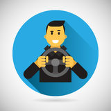 Glücklicher lächelnder Fahrer Character mit Auto-Rad-Ikone Stockfotos