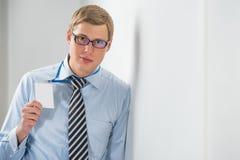 Glücklicher lächelnder Geschäftsmann in den Gläsern, die leeren Ausweis zeigen Stockfotos