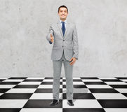 Glücklicher lächelnder Geschäftsmann in der Klage, die Hand rüttelt lizenzfreie stockfotos