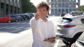 Glücklicher lächelnder Geschäftsmann, der Tablette in der Straßen-O.K.-Zeichenzeitlupe hält stock video