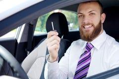 Glücklicher lächelnder gutaussehender Mann mit dem Neuwagen, der Schlüssel hält lizenzfreies stockbild