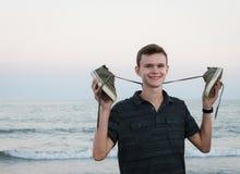 Glücklicher lächelnder Junge barfuß auf Strand lizenzfreies stockfoto