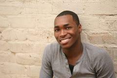 Glücklicher lächelnder junger Afroamerikaner-Mann lizenzfreies stockfoto