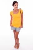 Glücklicher lächelnder junger Brunette mit Handtasche Lizenzfreie Stockfotos