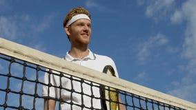 Glücklicher lächelnder männlicher Spieler des Tennis mit Schläger, gesunder Lebensstil, Luxusgericht stock video footage