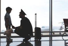 Glücklicher lächelnder Pilot, der vom Sohn Abschied nimmt Stockbilder