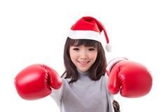 Glücklicher, lächelnder Sankt-Hut der Frau tragender Weihnachts, Boxhandschuhe stockfoto