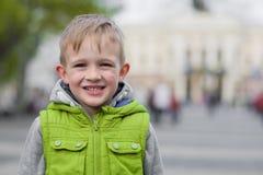 Glücklicher lächelnder schöner stilvoller blonder Junge, der Kamera betrachtet Stockbilder