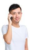 Glücklicher lächelnder Unterhaltungshandy des jungen Mannes Lizenzfreie Stockfotografie