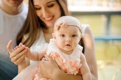 Glücklicher lächelnder Vater und Mutter, die mit nettem Baby in p geht lizenzfreie stockfotos