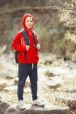 Glücklicher lächelnder Wandererjunge mit Rucksack Stockfotos