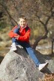 Glücklicher lächelnder Wandererjunge mit Rucksack Stockfoto