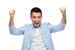Glücklicher lachender Mann mit den angehobenen Händen Lizenzfreies Stockbild