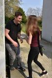 Glücklicher lachender Teenager trifft seine Freundin lizenzfreie stockfotos