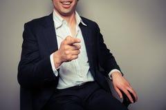 Glücklicher lachender und zeigender Geschäftsmann stockfotografie
