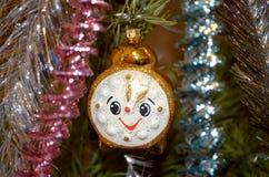 Glücklicher Lamettabaum der Weihnachtsspielzeuguhr lizenzfreie stockfotografie