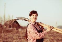 Glücklicher Landwirt in landwirtschaftlichem Lizenzfreie Stockfotografie