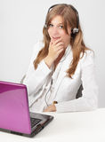 Glücklicher Laptop der Empfangsdame w Stockfotos