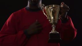 Glücklicher lateinischer Sportler ist auf seinen Teamsieg, aufgeregte Momente, Triumph stolz stock video footage
