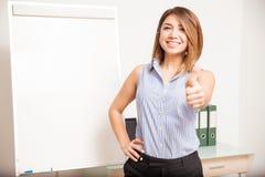 Glücklicher Lehrer, der einen Daumen aufgibt Stockbilder