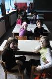 Glücklicher Lehrer im Schuleklassenzimmer stockfotografie