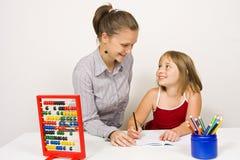 Glücklicher Lehrer und kleines Mädchen stockfotos