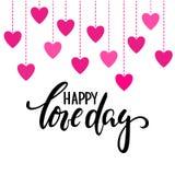 Glücklicher Liebestag Übergeben Sie gezogene kreative Kalligraphie und bürsten Sie Stiftbeschriftung mit hängenden Goldherzen Des Lizenzfreies Stockfoto