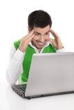 Glücklicher lokalisierter Mann mit dem Computer, der unterhalten oder überrascht betrachtet Stockfotos