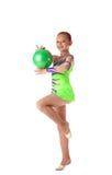 Glücklicher Mädchenstandplatz mit grüner gymnastischer Kugel Stockfotos