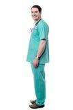 Glücklicher männlicher Arzt in voller Länge stockfoto